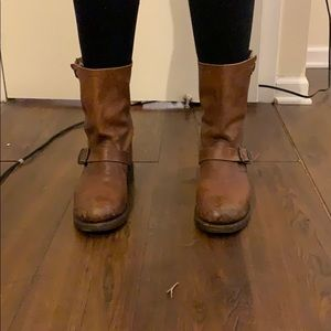 Short brown boot with buckle